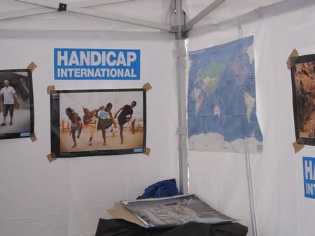 Handicap International et les pyramides de chaussures dans En bref py311
