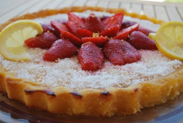 Tarte au citron (recette ici) une fois cuite et surtout refroidie,  saupoudrez,la généreusement de noix de coco râpée et décorez avec des  fraises coupées en