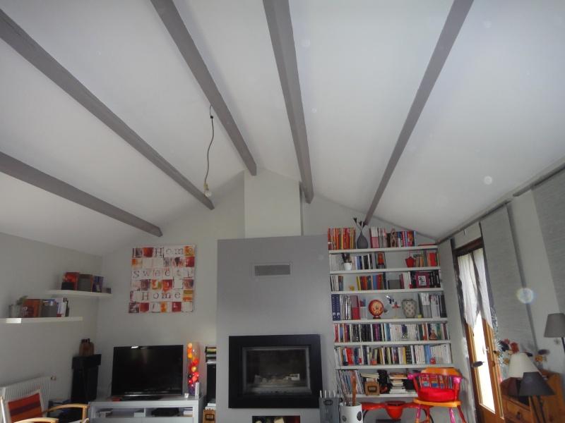 Sos deco sejour avec plafond haut - Comment peindre un plafond avec des poutres ...